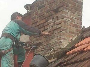 Dobrák práce na střeše